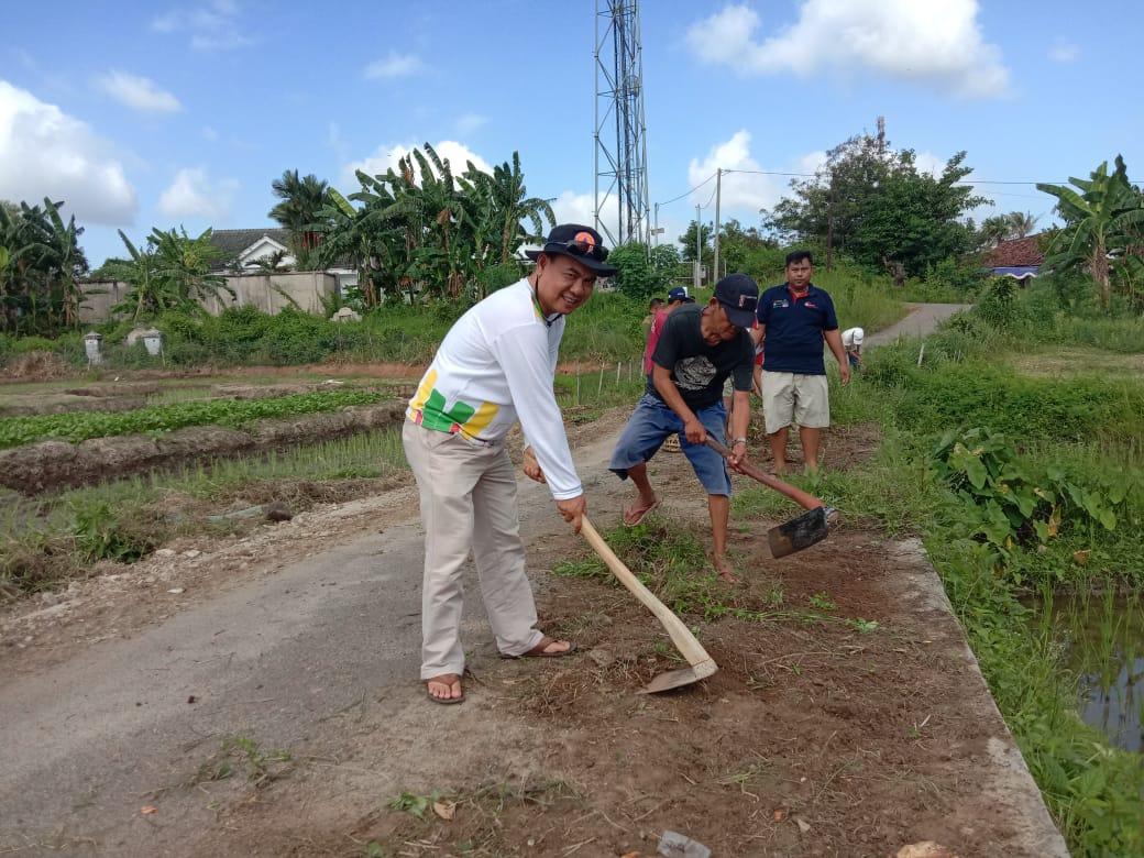 Warga Lingkungan 4 Bersama Lurah Pringsewu Timur Bergotong Royong Membersihkan Lingkungan.